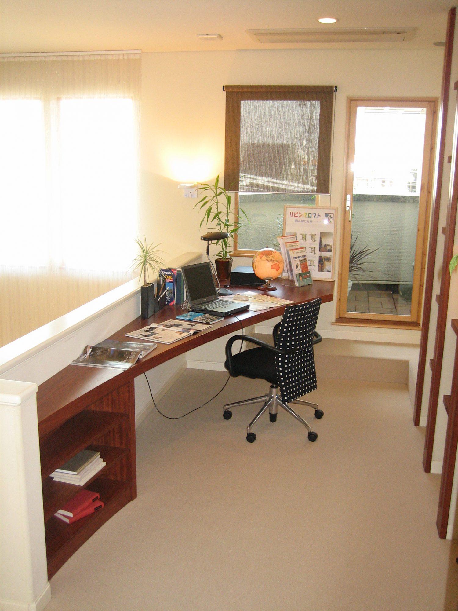 2階踊り場の一角に書斎