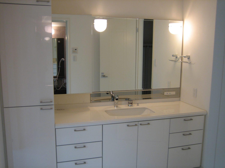 広い洗面台と大容量の収納