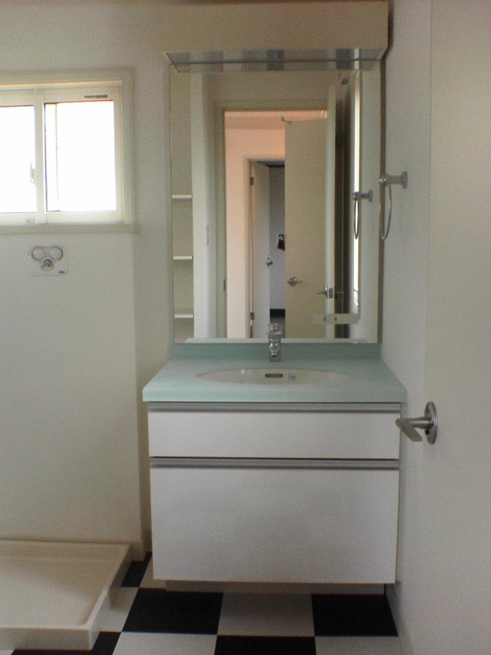 洗面化粧台、及び内装材の交換