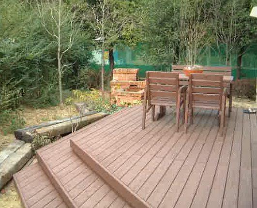 雑草に悩まされていた庭にウッドデッキを施工